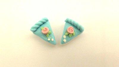 UN CIONDOLO - fetta di torta AZZURRO e BOCCIOLO di ROSA- fimo  per orecchini - braccialetti - collane - charms