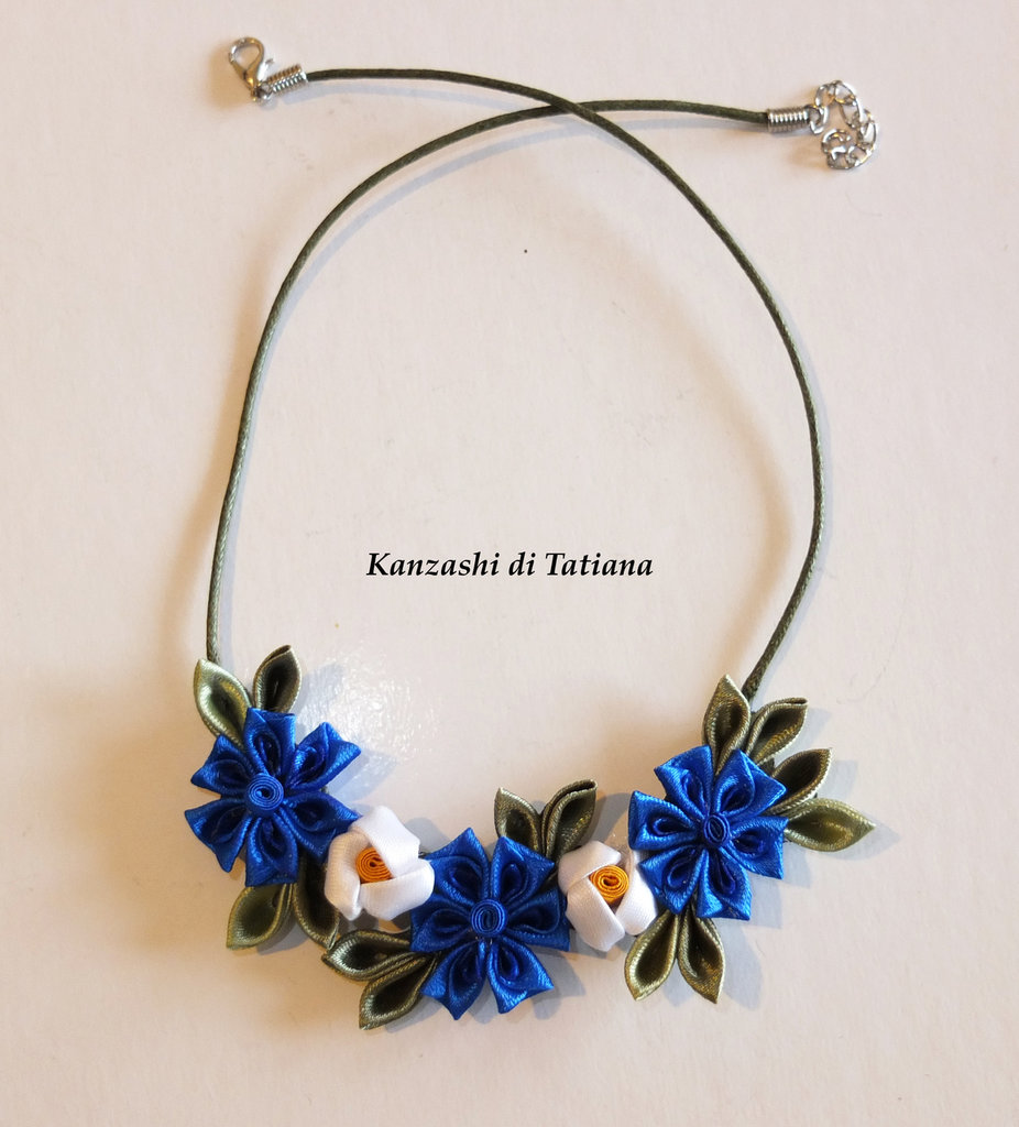Collana kanzashi fatta a mano con fiori fiordaliso