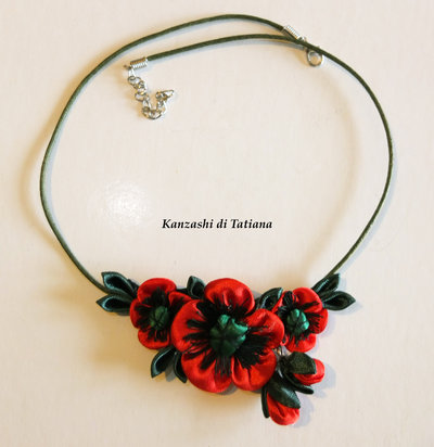 Collana kanzashi fatta a mano con fiori papavero