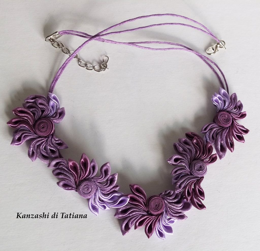 Collana con fiori kanzashi fatti a mano colore lilla