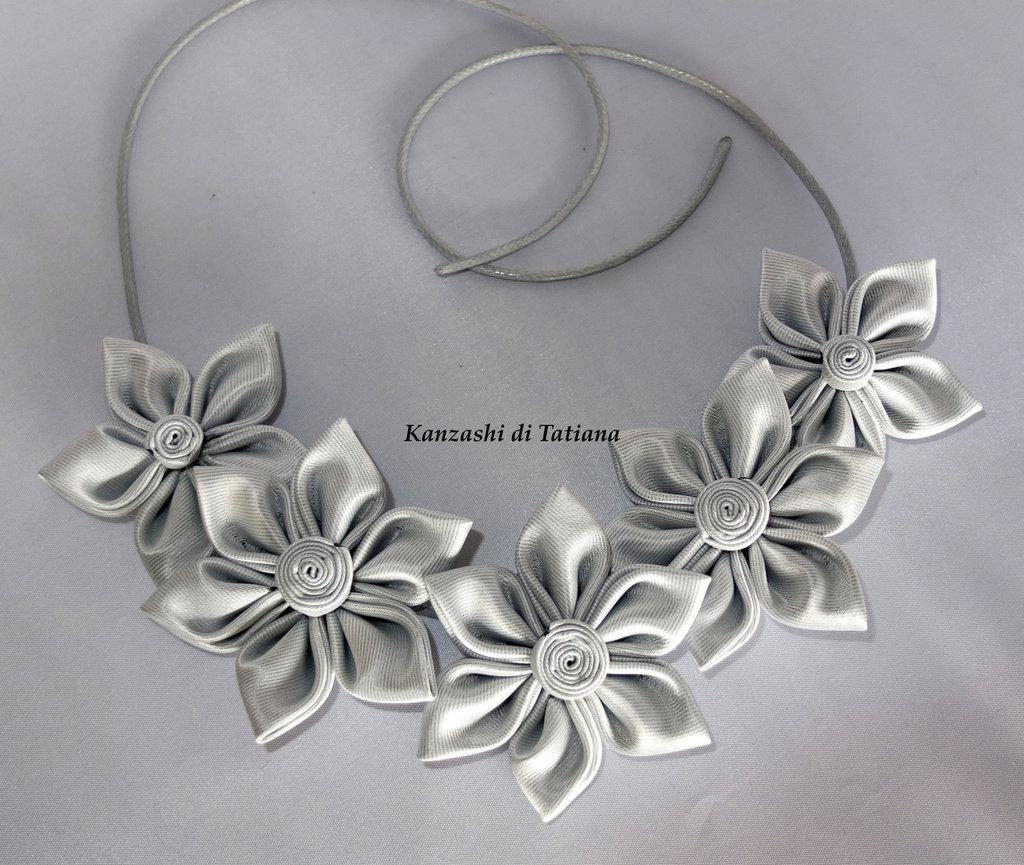 Collana con fiori kanzashi grandi fatti a mano colore argento