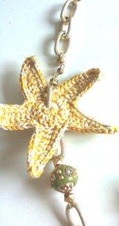 Collana dorata fatta a mano con stella marina lavorata ad uncinetto effetto melange con filato beige e giallo senape