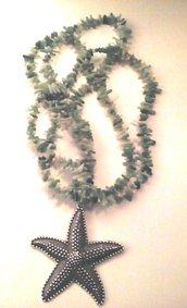 Collana lunga in corallo verde con ciondolo stella marina in metallo color argento brunito