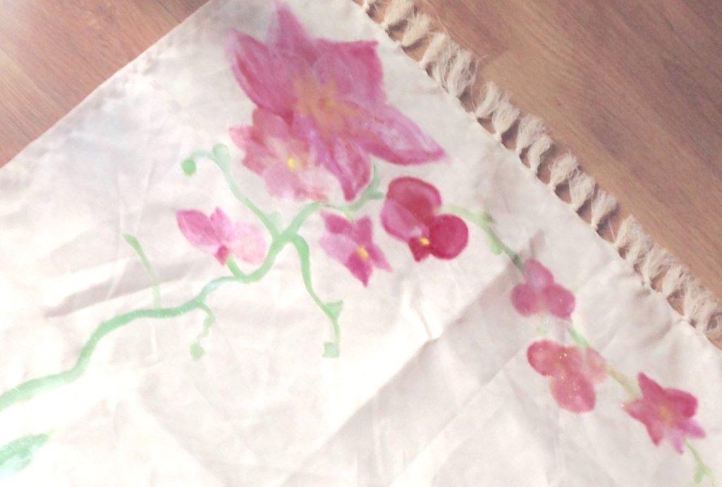 Runner da tavolo centrotavola  dipinta a mano ,protagonista l'orchidea rosa.
