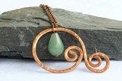 Collana con pendente in rame martellato e pietre naturali verdi