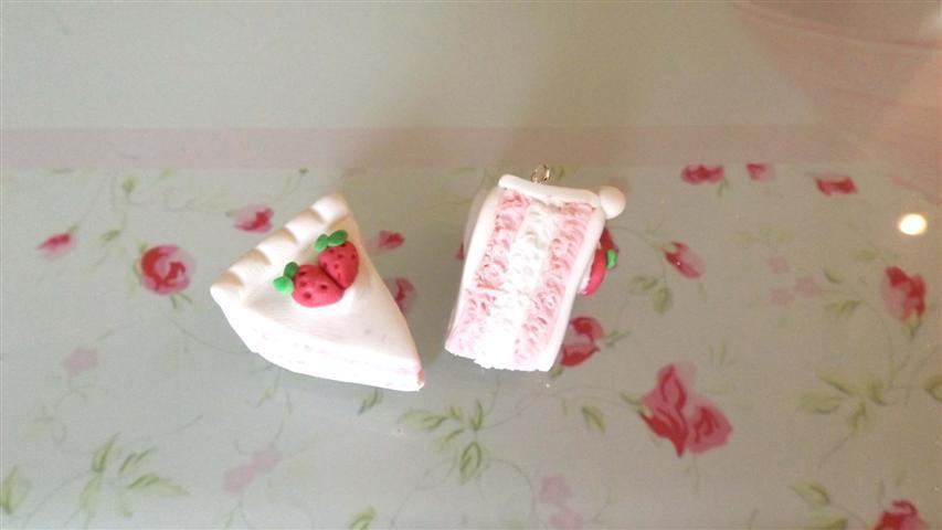 UN CIONDOLO - fetta di torta tre strati FRAGOLA  e PANNA   - fimo  per orecchini - braccialetti - collane - charms
