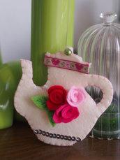 SPILLA in feltro:TEIERA con rose e foglie,passamaneria e paillettes.Ricamata a mano.Accessorio,bomboniera