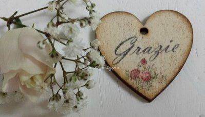 Piccolo cuore in legno personalizzabile,per bomboniere o segnaposto,decorato con fiori o nome