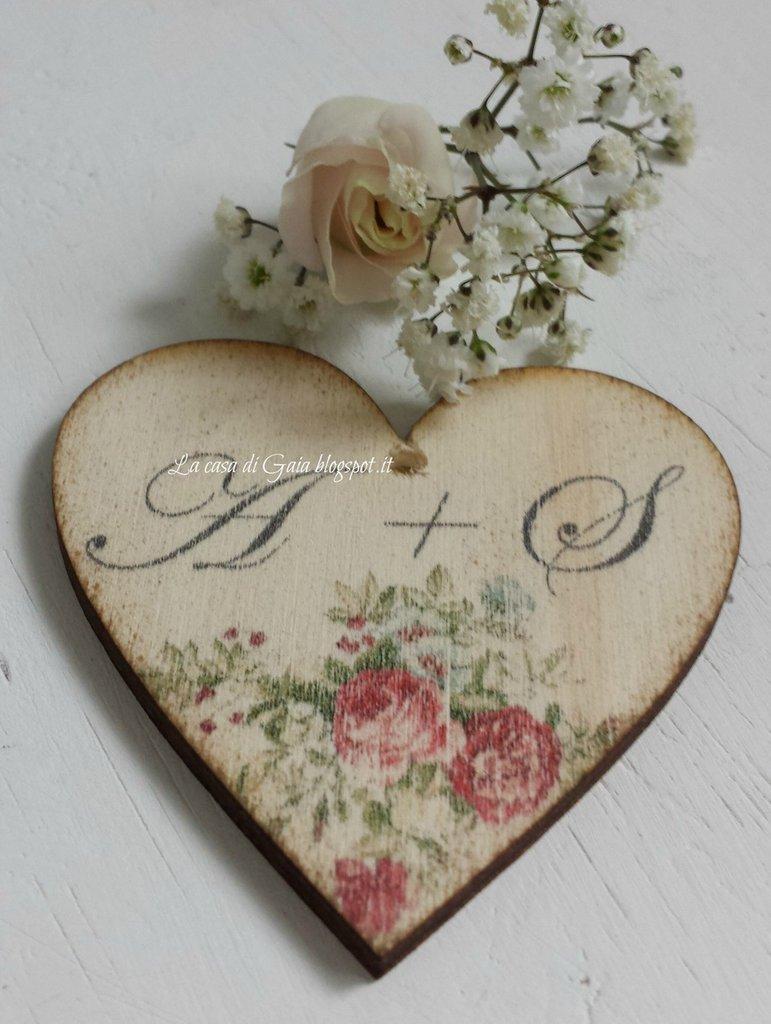 Cuore in legno anticato,personalizzabile,decorato con ramage di fiori e iniziali o frasi,per bomboniere,segnaposto,porta tovaglioli