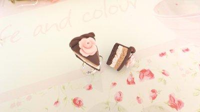 ANELLO  IN FIMO - fetta di torta EFFETTO PAN DI SPAGNA CIOCCOLATO e ROSA    - idea regalo compleanno