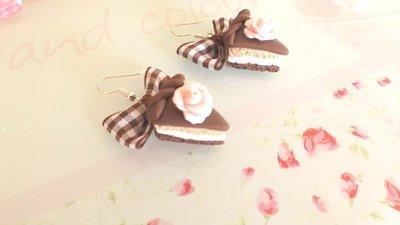 PAIO ORECCHINI IN FIMO - fetta di torta EFFETTO PAN DI SPAGNA CIOCCOLATO e ROSA fiocchi marroni   - idea regalo compleanno