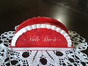 Portatovaglioli rosso con nastrino plissettato in raso avorio e strass