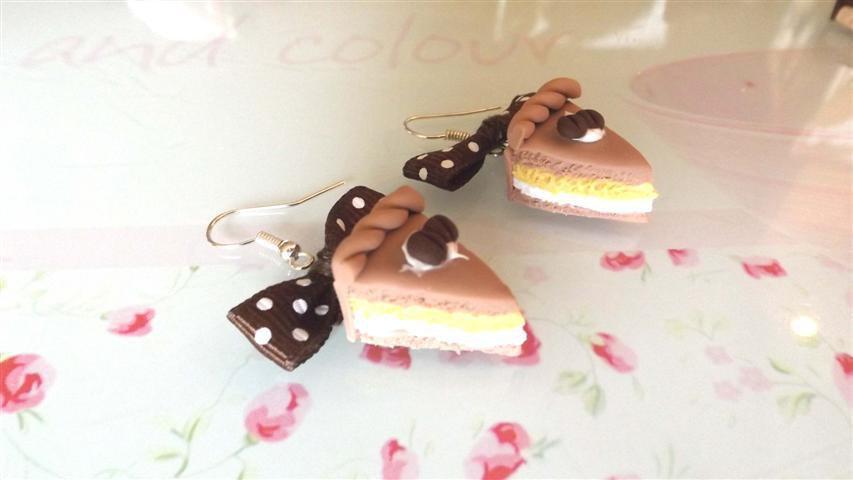 PAIO ORECCHINI IN FIMO - fetta di torta EFFETTO PAN DI SPAGNA CAFFE  e PANNA mod.1  - idea regalo compleanno