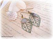Orecchini pendenti con foglie e conchiglie in metallo