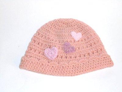 Cappello crochet  Cuoricino  per bimba, lana rosa e cuoricini applicati