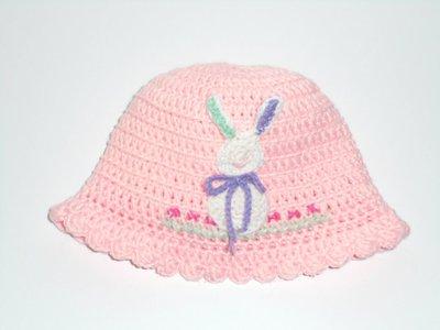 Cappello crochet per bimba Bunny,  in lana rosa con coniglietto applicato
