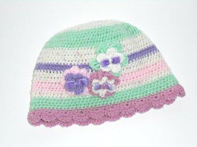 Scrappy Cappello crochet per bimba, fantasia a righe con fiori applicati