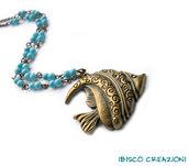 Collana con pesciolino tropicale in metallo e perle azzurro mare