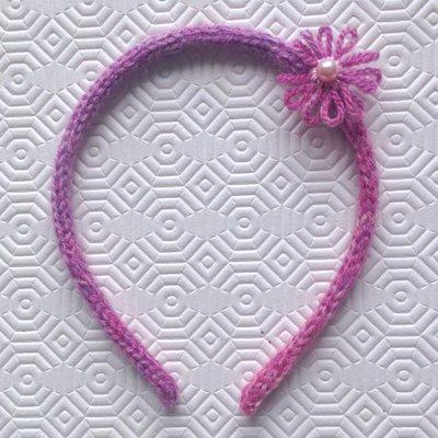 Cerchietto per capelli mélange nelle tonalità del rosa rivestito, con fiorellini e perla centrale, fatto a mano in tricotin