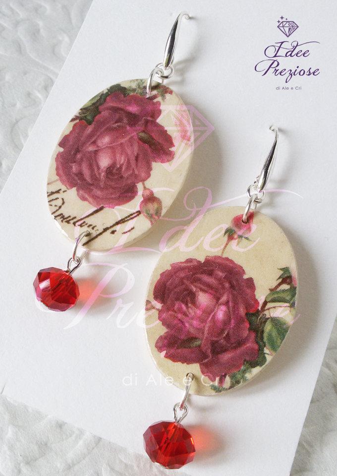 Orecchini in legno decorati con carta floreale