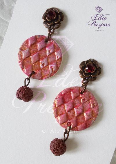 Orecchini con pietra in pasta minerale rossa decorata a mano