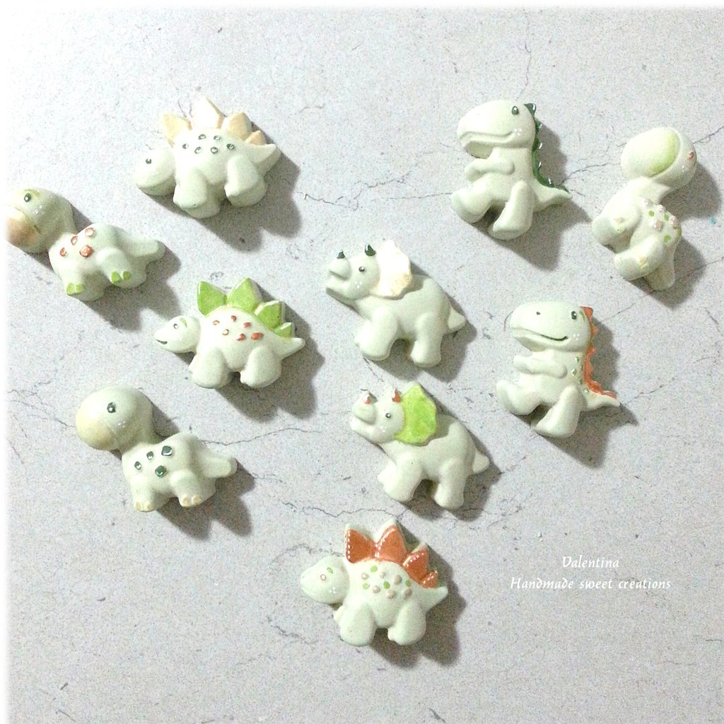 Riservata- dinosauri in polvere di ceramica dipinti a mano