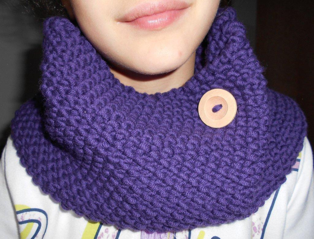 SCALDACOLLO con bottone applicato in pura lana merino (BAMBINA)