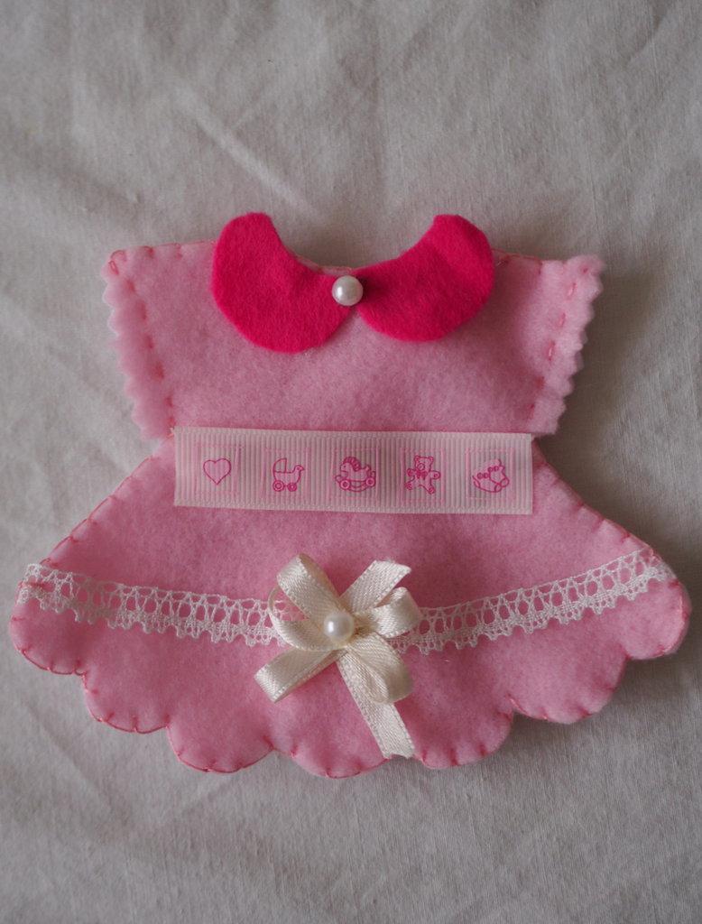BOMBONIERA da BAMBINA (nascita,battesimo,comunione).Abito rosa in feltro con nastri,pizzo,passamaneria.Fatta a mano