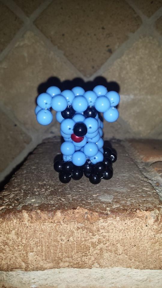 Cagnolino con perle di vetro cerate