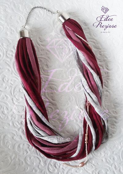 Collana in fili di fettuccia sui toni del rosa e bordeaux