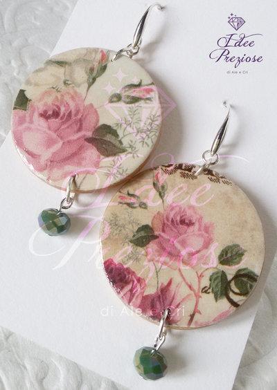 Orecchini in legno decorati con carta soggetto roselline
