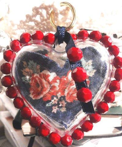 Set di 3 cuori decorati interamente a mano fuori e dentro in rosso e blu