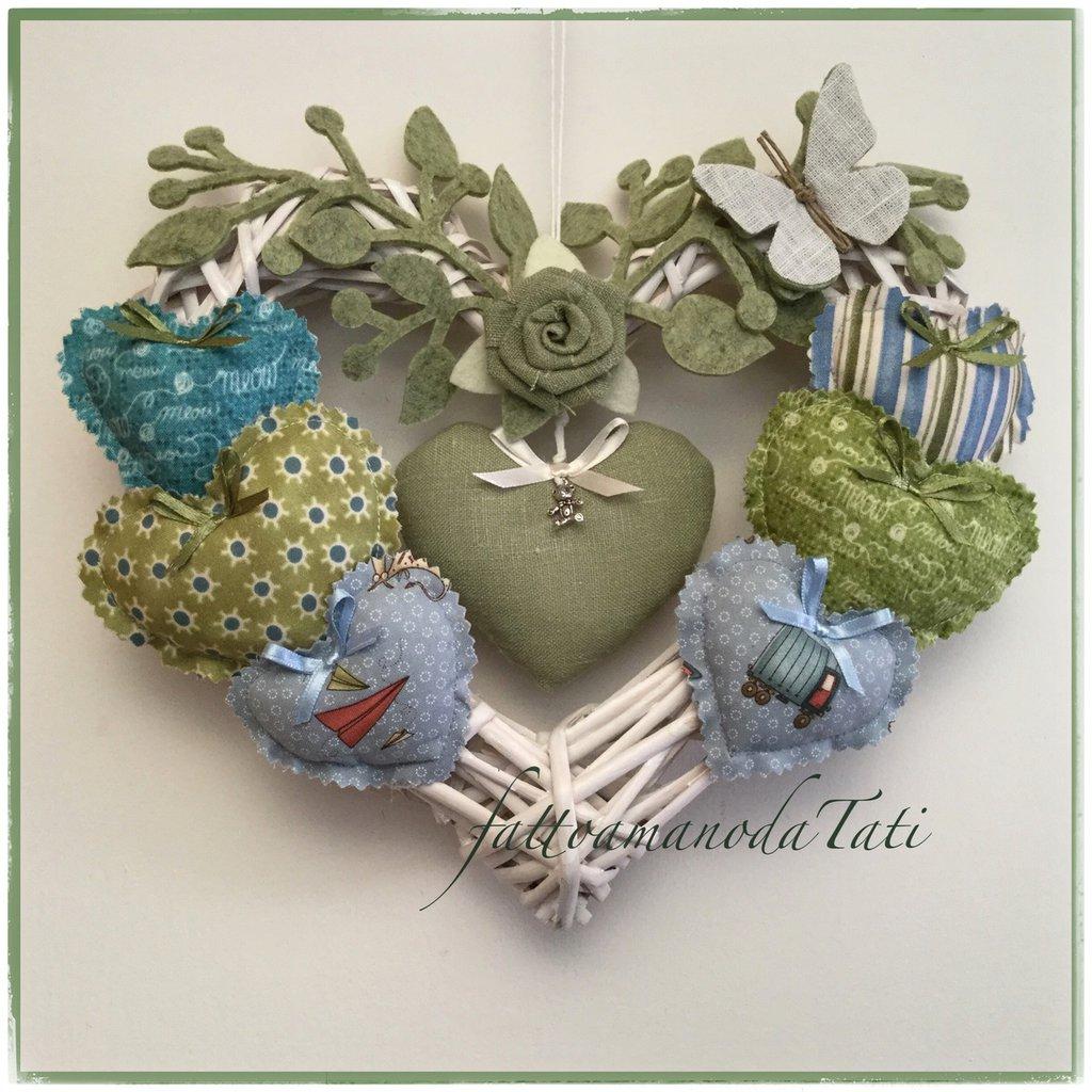 Cuore/fiocco nascita 8 cuori in vimini con farfalla, rosellina di lino verde e cuori sui toni del verde/azzurro