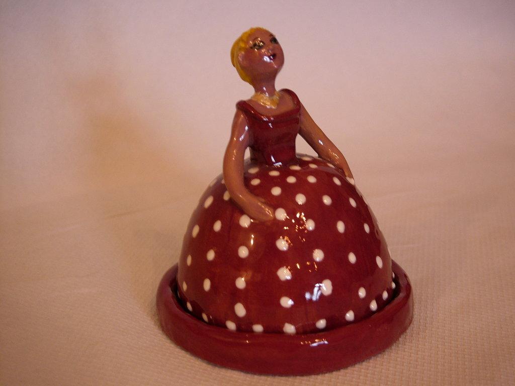 Damina in rosso con piattino