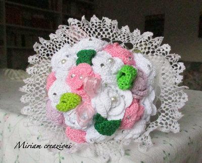 Bouquet con roselline bianche e rosa ( uncinetto)
