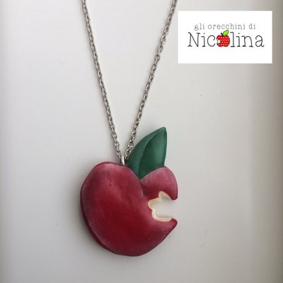 Collana lunga mela rossa con morso