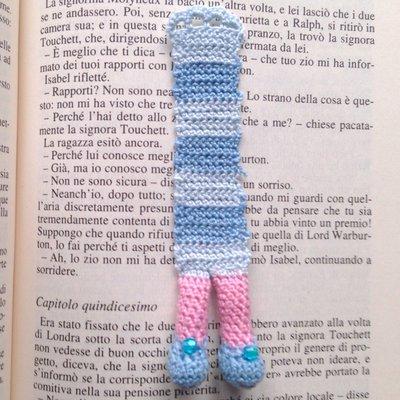 Segnalibro Lettrice immersa nei libri con gambe amigurumi e scarpine azzurre con perline, fatto a mano all'uncinetto
