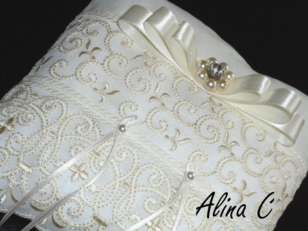 Cuscino portafedi in lino e pizzo avorio con fiocco e perle, sposa,matrimonio,cerimonia,