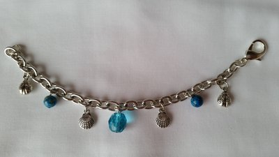 Braccialetto in catenina metallica con charms vari sulle tonalità dell'azzurro