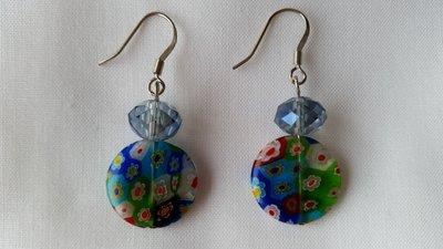 Orecchini pendenti con perlina piatta multicolore e mezzo cristallo azzurro nickel free