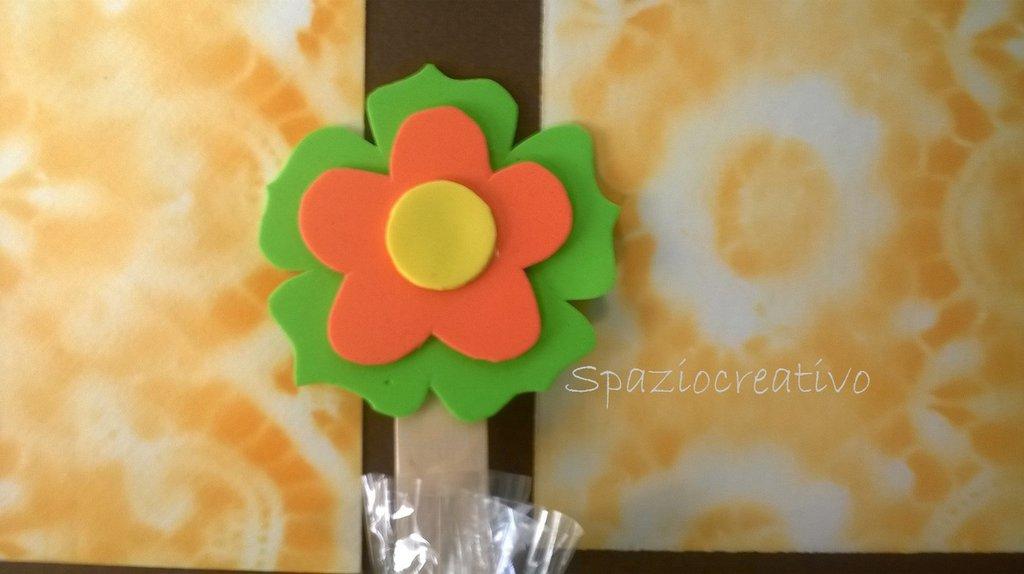 Segnalibro con fiori di gomma crepla con confetti in cellofan con fiocco in  rafia