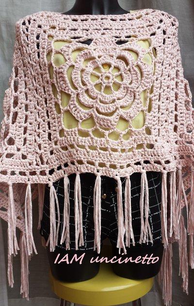 Poncho all'uncinetto in fettuccia tricottata di cotone rosa antico