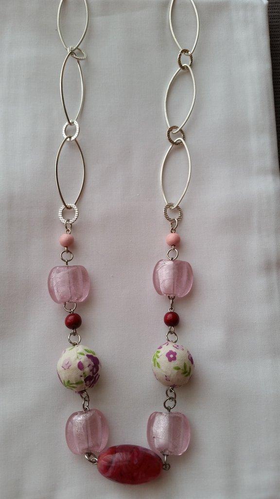 Collana con catena e perle rosa