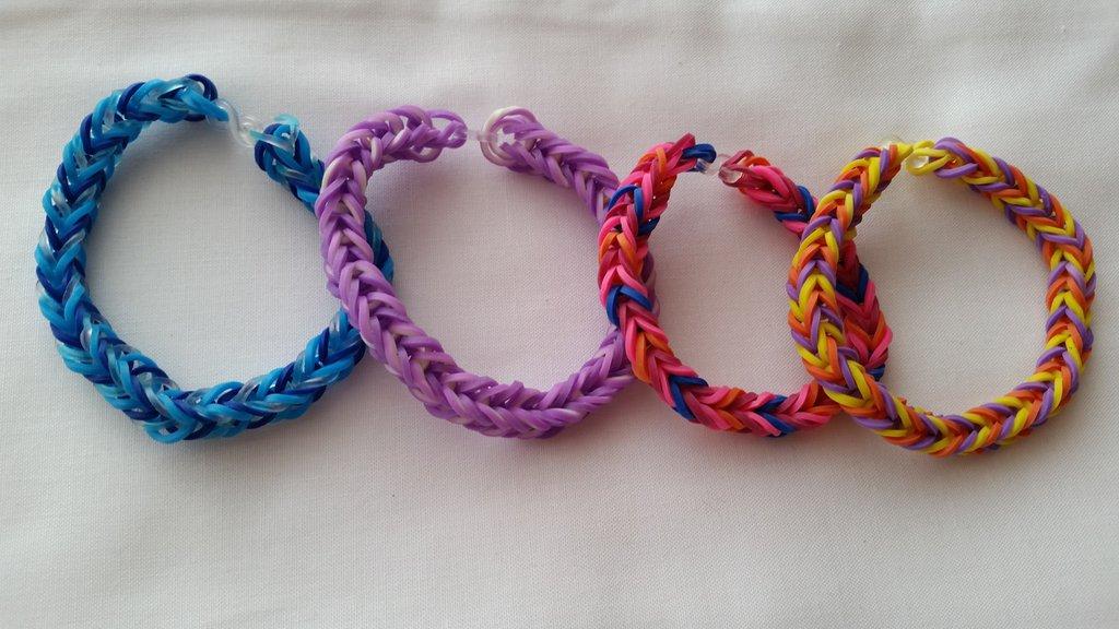 Braccialetti per bambini fatti da elastici colorati