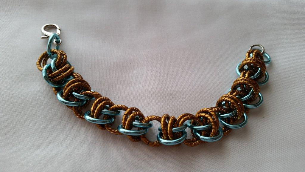Braccialetto in catena intrecciata con tecnica chainmail - turchese e bronzo