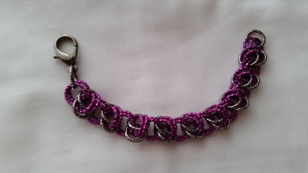 Braccialetto in catena intrecciata con tecnica chainmail - viola e grigio scuro