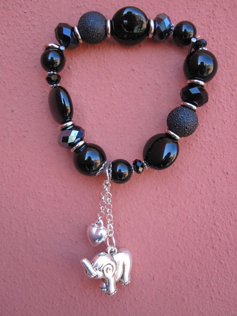 Bracciale nero elastico con charms pendenti