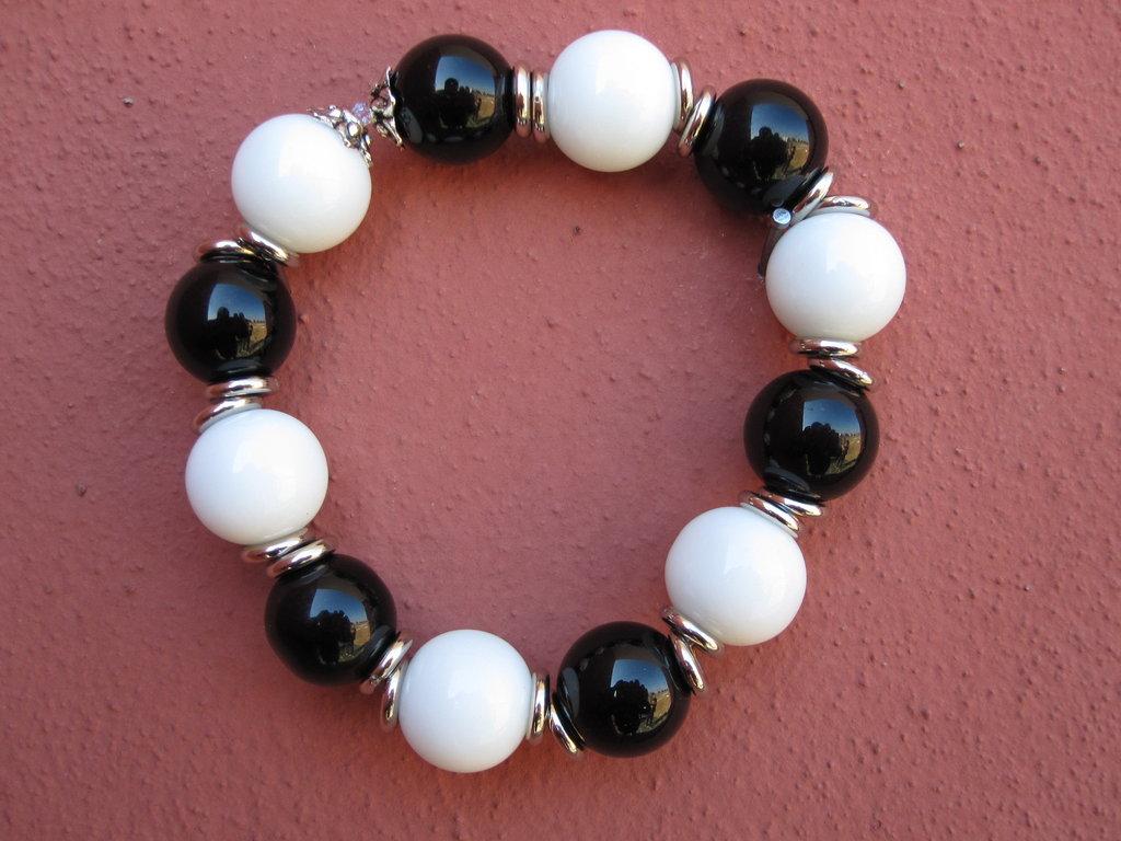 Bracciale elastico bianco e nero con divisori in argento tibetano