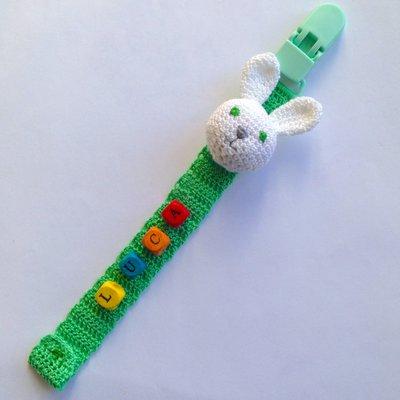 Catenella portaciuccio verde con coniglietto bianco amigurumi e nome del bebè con perline, fatto a mano all'uncinetto