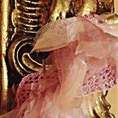 Orecchini glamour pendenti, rosa lavorati con il crochet .